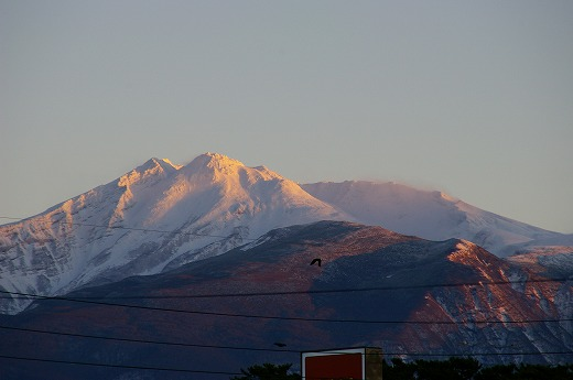 夕日に照らされた鳥海山