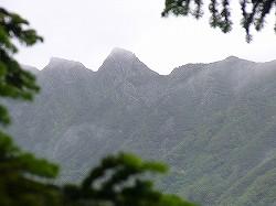濃霧が一瞬切れて姿を現した西穂独標