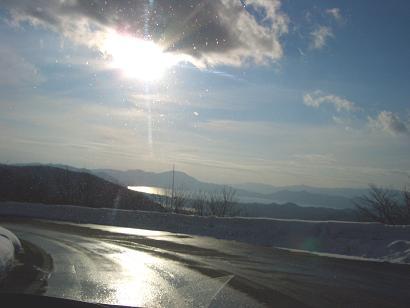 田沢湖に注ぐ夕日