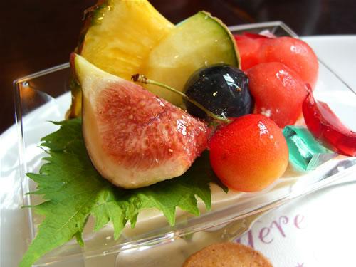 夏のフルーツを使ったケーキ