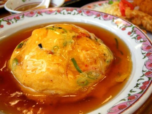天津飯は醤油あん。