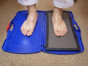 DSIS足底板療法 フットプリントで体重のかかり方を測定します。
