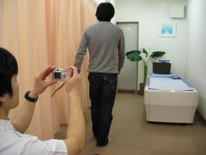 DSIS足底板療法 歩行をビデオカメラで撮影します