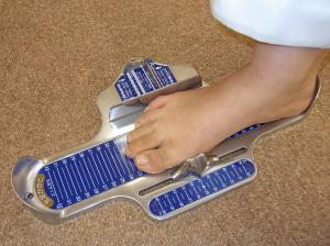DSIS足底板療法 正確な足のサイズを測定いたします。