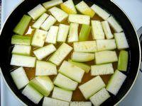 豆と瓜を煮始める
