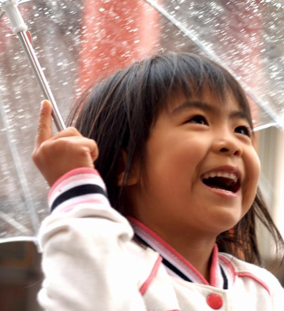 雨も楽しい笑顔の女の子