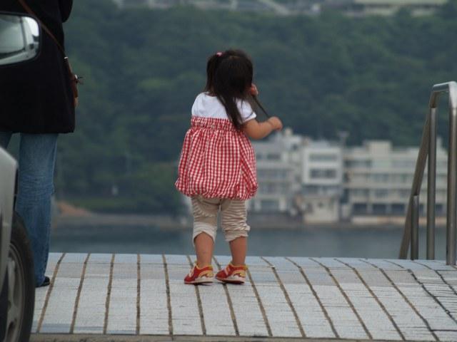 赤い靴をはいた可愛い女の子がいました。