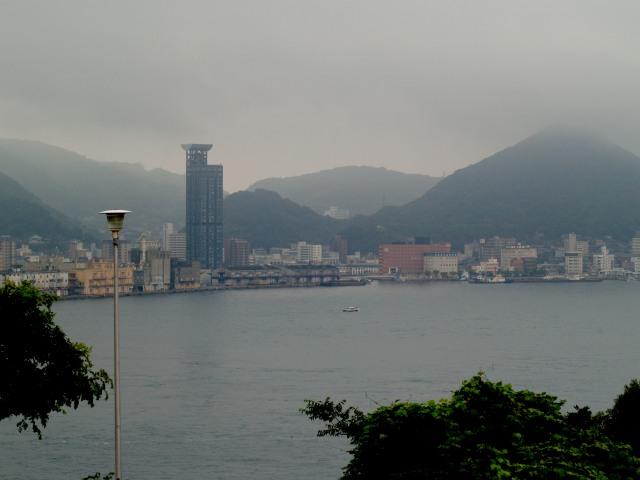 向こうに見えるは門司港レトロ地区 雨降模様