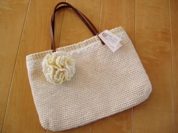 かぎ編みのレースバッグ・コサージュ付き