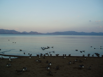 夕暮れの猪苗代湖