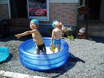 今年初めてのお家プール
