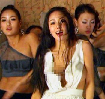 巷を賑わせたセクシー歌姫・U;NEEのPV。※画像処理は本誌自主規制によるもの