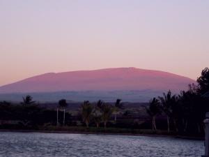 マウナケア山が夕日に染まる