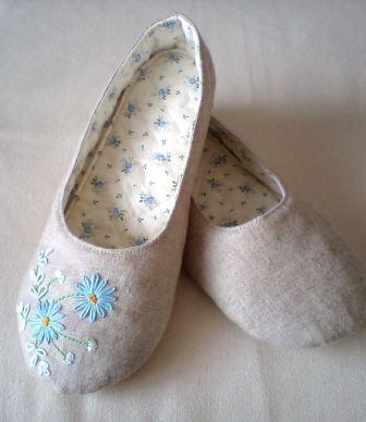 ブルーデージー刺繍のルームシューズ
