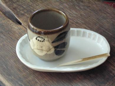 椿湯呑と五十嵐楕円皿