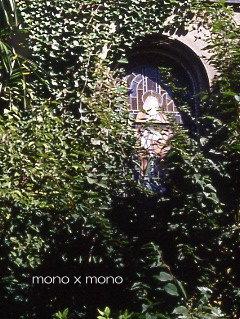 緑に埋もれる教会のステンドグラス
