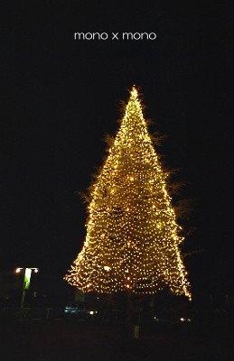 クリスマスのイルミネーションは暖かくて楽しくて、でもどこか忙しげ