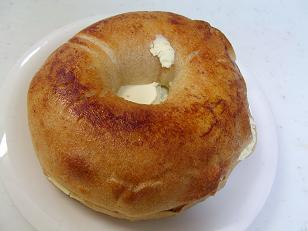 ブラウニー シナモンベーグルのクリームチーズサンド2