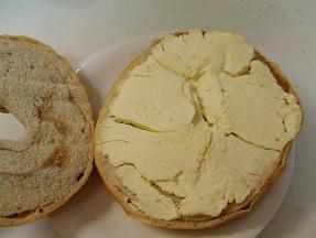 ブラウニー シナモンベーグルのクリームチーズサンド3