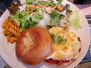 チキンと玉子のピザベーグルサンドのプレート1