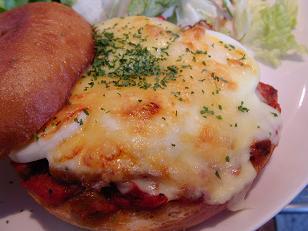 チキンと玉子のピザベーグルサンドのプレート2