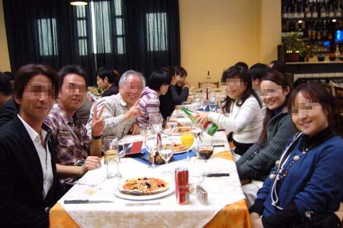 テーブルで記念撮影