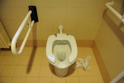 蓋の無いトイレ