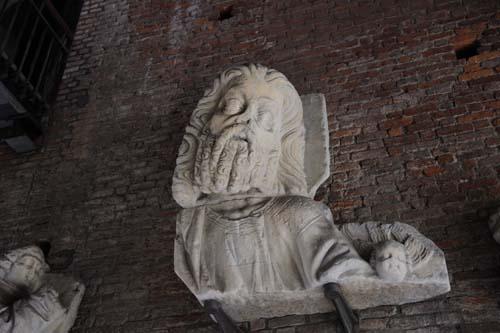 スフォルツェスコ城の彫刻