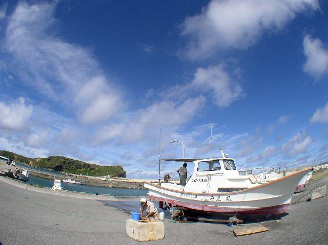 青い空と、船と、漁師さん