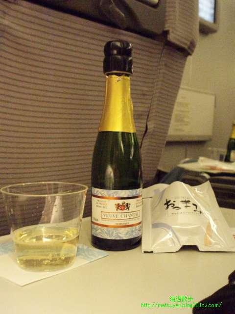 スパークリングワインを薄暗い機内で撮ってみました