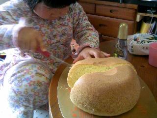 デカホットケーキ切る