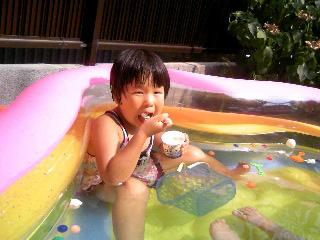 プールでアイス