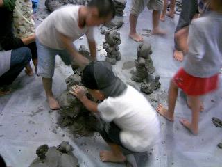 粘土製作中