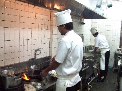 雲南麺を作る料理長