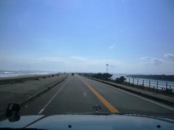 道の両側に海!