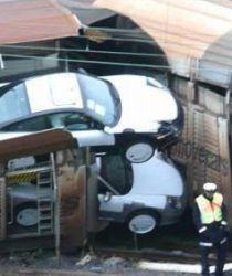 新車のポルシェを乗せた電車が事故りポルシェが落ちそうになっている写真
