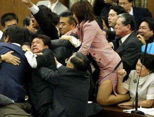日本議員が乱闘