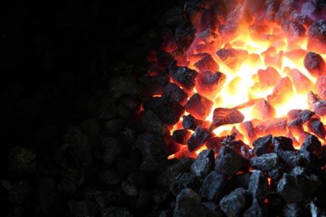 コークスの炎に染まる鉄