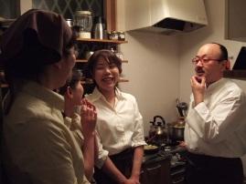 関根氏とスタッフ 厨房にて