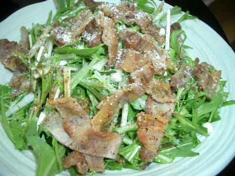 カリカリ豚肉と水菜のサラダ