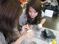 彫刻刀を使って粘土を整形。手で成形できなかった部分を作りこみます。