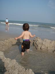 ビーチで水遊び
