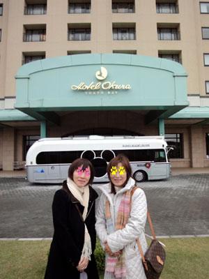 ホテルの前で
