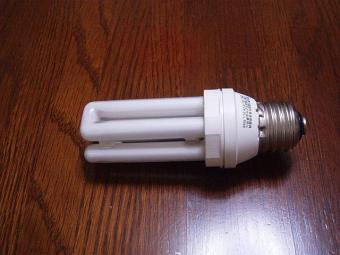 切れた蛍光管電球