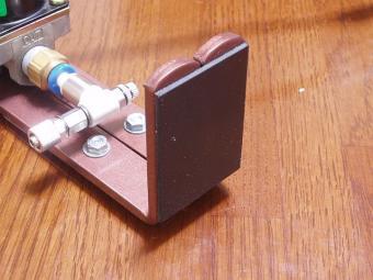 電磁弁固定台足裏