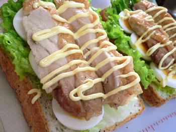 グリルチキンとゆで卵のサンドイッチ