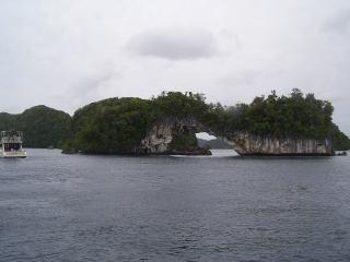 アーチのような島