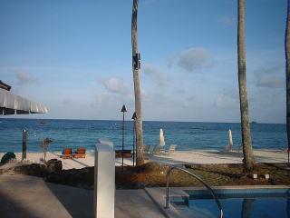 プールサイドから見るビーチ