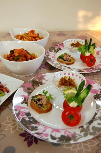 前菜のワンプレートと海老・イカ・ホタテのトマトソースパスタ