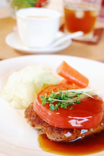 キャベツと玉葱たっぷりハンバーグ☆トマトのせ